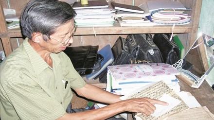 Ông Hà Nam Ninh bên những cuốn sách Thái cổ viết về Mường Khoòng và Chúa Chổm.